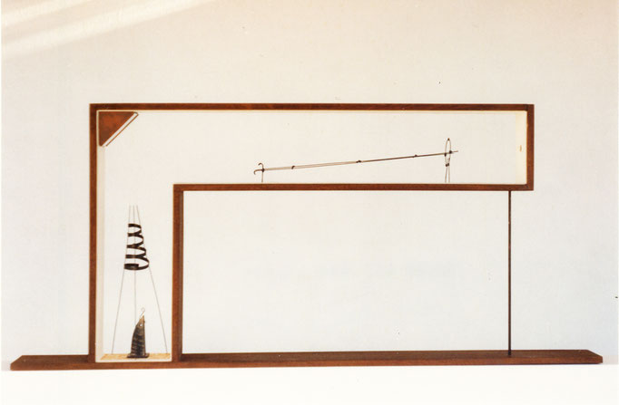 EN LA MIRA. 1994. 80 x 36 x 7 cm. Mixed media.