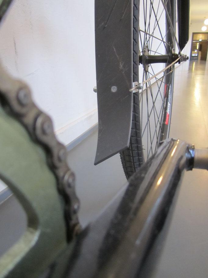 Fahrradschutzblech Prototyp aus alten Hamburger Mülltonnen (2015)