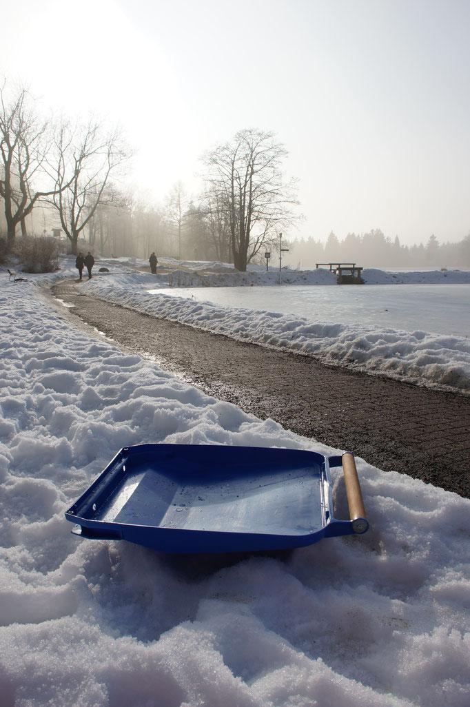"""""""Upwärts"""" Upcycling Schlitten: ein Schlitten aus einem Mülltonnendeckel (2015)"""
