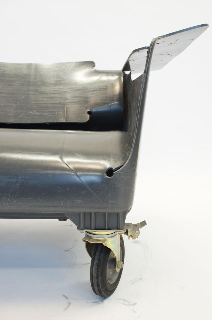 Mülltonnensitzmöbel (Sitzmöbel aus alten ausrangierten Hamburger Mülltonnen; 2015)
