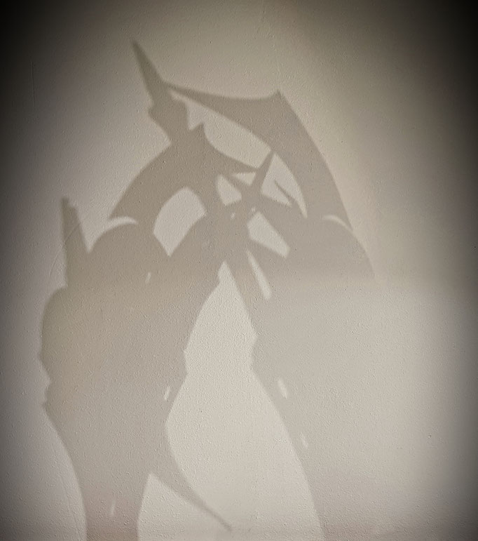 Voyage extraordinaire d' une petite fille au pays des pierres précieuses ... Decors 2020 des vitrines de la Maison  Adler haute joaillerie. Création et réalisation Hervé Arnoul. Ombres progetées.