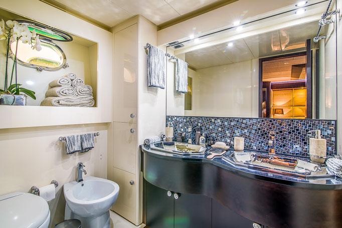 Yate de lujo en Marbella, fotografía de Jaime D. Triviño - Fotógrafo de arquitectura e Interiorismo - Diseño de interior de Teresa Llanos de La Piu Bella CASA