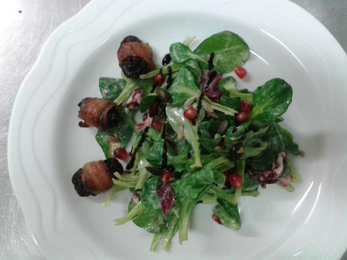 Feldsalat mit Kartoffeldressing und Pflaumen im Speckmantel
