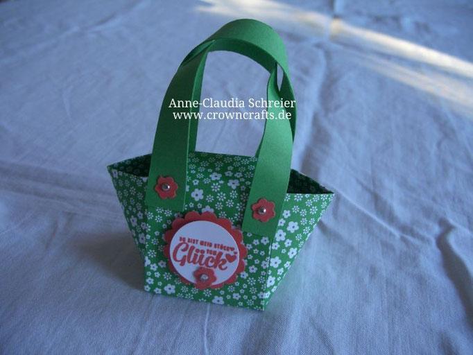 So, jetzt kommt etwas von einer Kollegin mit Website: Diese süße kleine Tasche ist von Christine Häßler - http://www.stampinkreatine.blogspot.de/