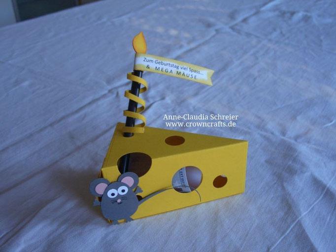 """Ist dieses Käsestück inklusive Maus nicht klasse? Der untere Teil der Kerze ist ein schwarzer Strohhalm und im Käsestück sind zu verschenkende """"Mäuse"""" - ein Geldschein! Ein Werk von Michaela Schaal - leider ohne Blog!"""