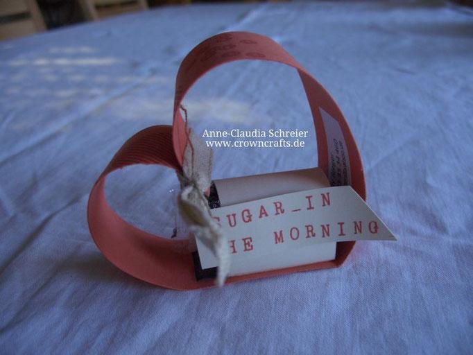 Auch dieses Herz hat leider etwas gelitten - hinter der Schrift verbirgt sich ein kleines Täschchen mit einem Beutelchen Instant-Espresso und einem Tütchen Zucker! ;-) Nette Idee von Lilly Rieger