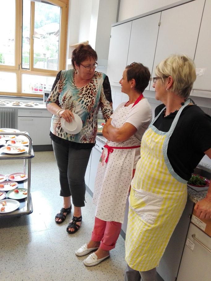 Fachsimpeln unter den Lehrerinnen mit Direktorin Lechner