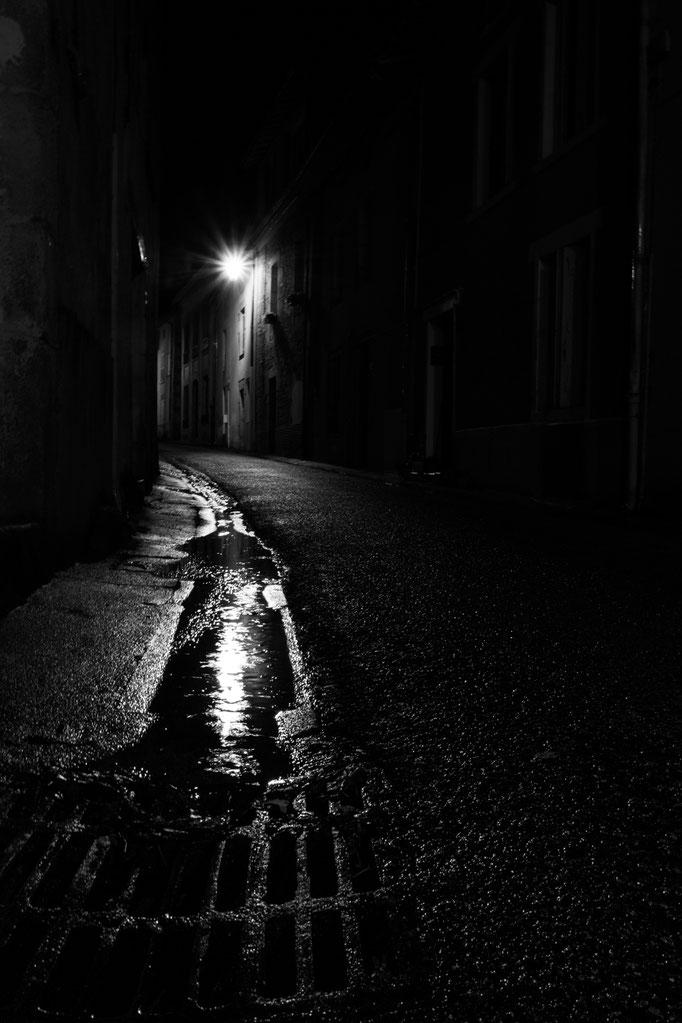 Chateauponsac - ruelle sous la pluie la nuit