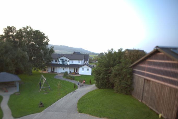 Blick auf das Haus am Reitplatz auf dem Hof Köhne