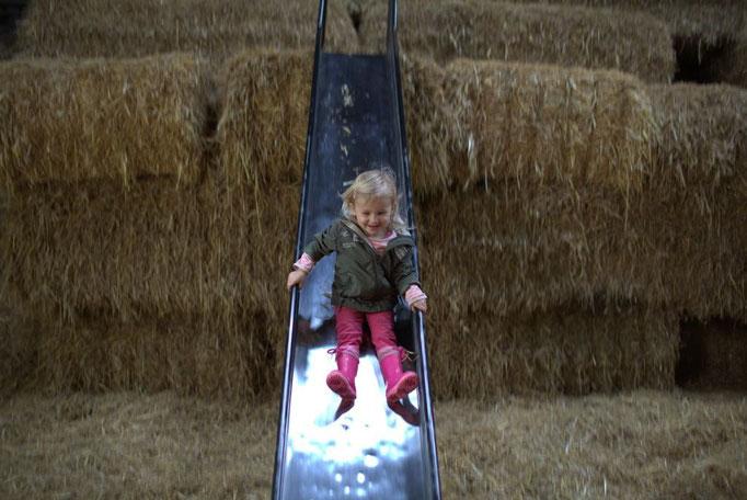 Rutschen im Stroh im Bauernhofurlaub in NRW