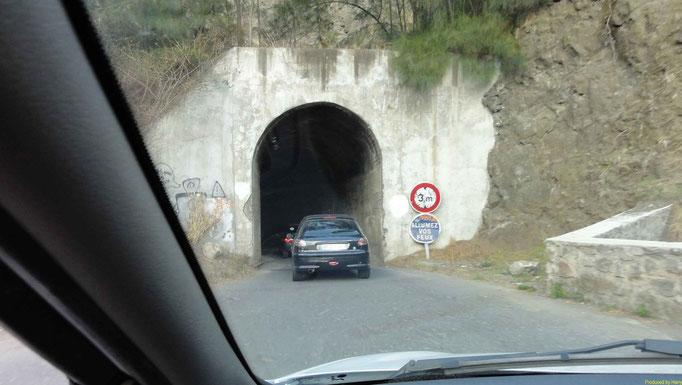ein Tunnel - schmal , dunkel und ohne Vorankündigung