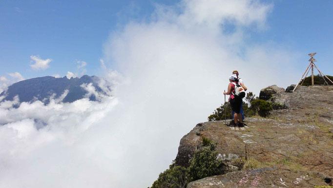 eigentlich geht es hier 1000m - fast senkrecht - herunter - Blick auf Cilaos, aber leider komlett in Wolken