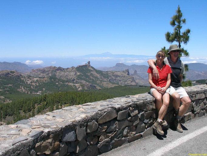 der 1949 Meter hohe, erloschene Vulkan Pico de las Nieves - im Hintergrund - Teneriffa mit dem Teide