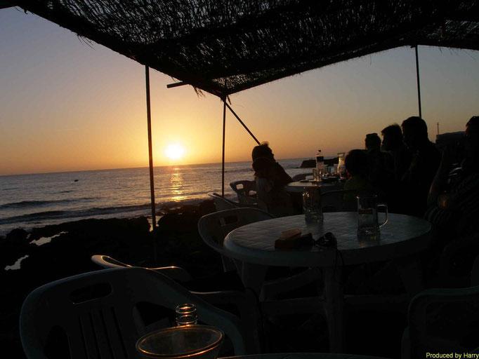 -- eine schöne, einfache Kneipe mit Sonnenuntergang am Strand