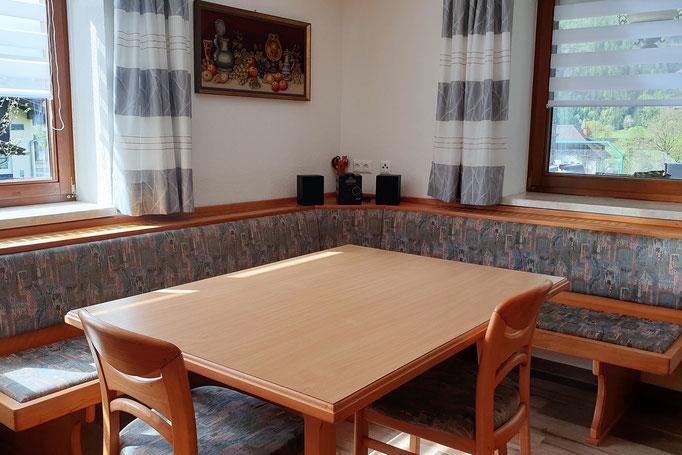 Der Essbereich in der Küche bietet Platz für 6 Personen