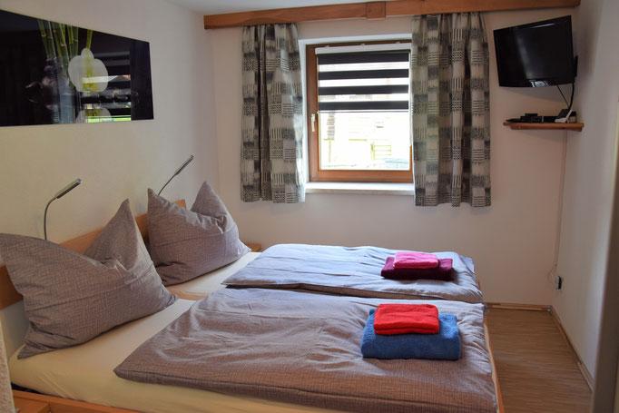 Das kleinere Schlafzimmer für 2 Personen inkl. TV und WLAN