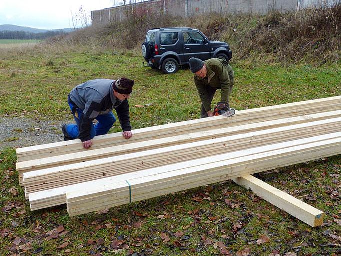 Bauarbeiten zur Schaffung eines Fledermausquartiers im Dachboden.