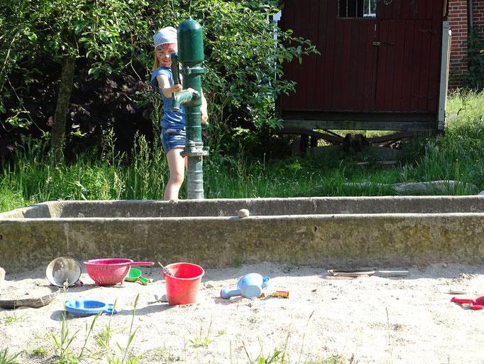 Spielplatz mit Wassermatschanlage auf dem Imkershof der Familie Röhrs in Schneverdingen-Surbostel