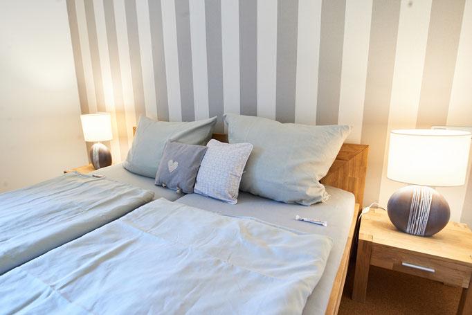"""Blick in das Schlafzimmer der Ferienwohnung """" Landsicht"""" auf dem Imkershof der Familie Röhrs in Schneverdingen-Surbostel"""