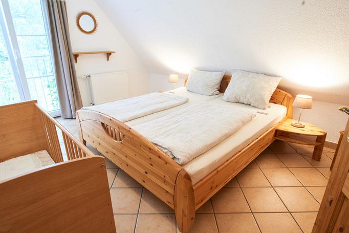 """Weiterer Blick ins Schlafzimmer der Ferienwohnung """"Monika"""" auf dem Imkershof der Familie Röhrs in Schneverdingen-Surbostel"""