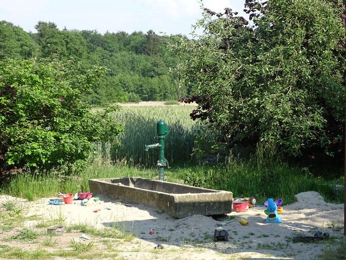 Wassermatschanlage auf dem Imkershof der Familie Röhrs in Schneverdingen-Surbostel