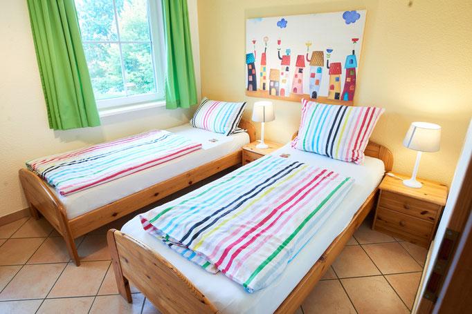 """Lichtdurchflutetes Kinderzimmer der Ferienwohnung """"Monika"""" auf dem Imkershof der Familie Röhrs in Schneverdingen-Surbostel"""