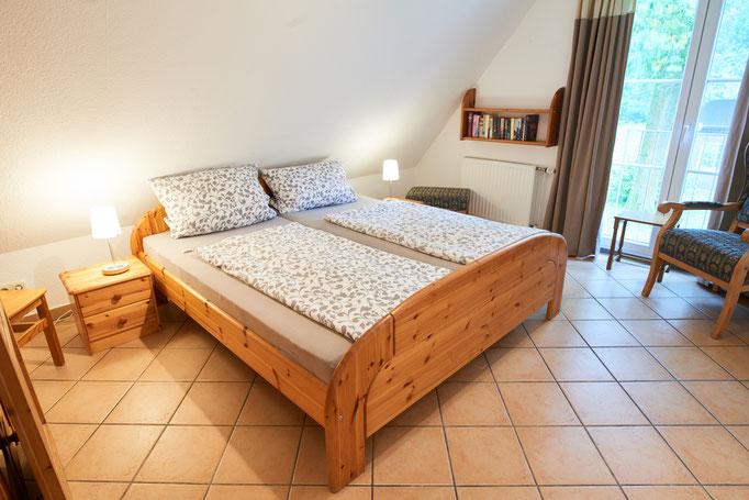 """Schlafzimmer der Ferienwohnung """"Monika"""" auf dem Imkershof der Familie Röhrs in Schneverdingen-Surbostel"""