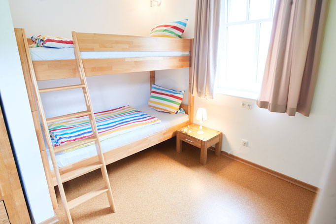 """Kinderzimmer mit Hochbett der Ferienwohnung """"Am großen Findling"""" auf dem Imkershof der Familie Röhrs in Schneverdingen-Surbostel"""