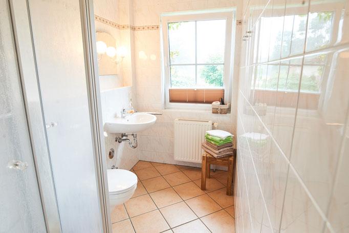 """Blick ins Bad mit Fenster der Ferienwohnung """"Monika"""" auf dem Imkershof der Familie Röhrs in Schneverdingen-Surbostel"""