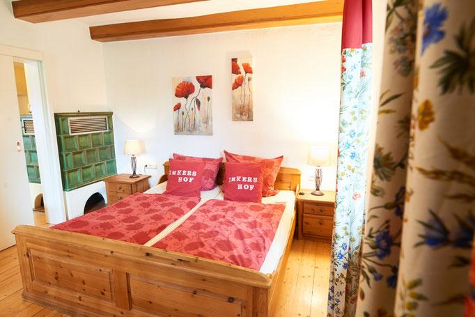 """Gemütliches Schlafzimmer der Ferienwohnung """"Lisa"""" auf dem Imkershof der Familie Röhrs in Schneverdingen-Surbostel"""