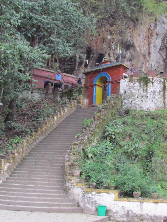 Aufstieg zum Shesh-Narayan-Tempel
