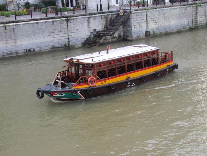 eines der Ausflugsboote