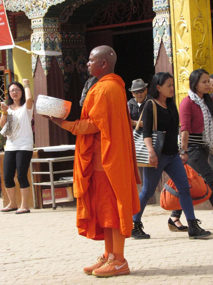 Mönch sammelt Almosen