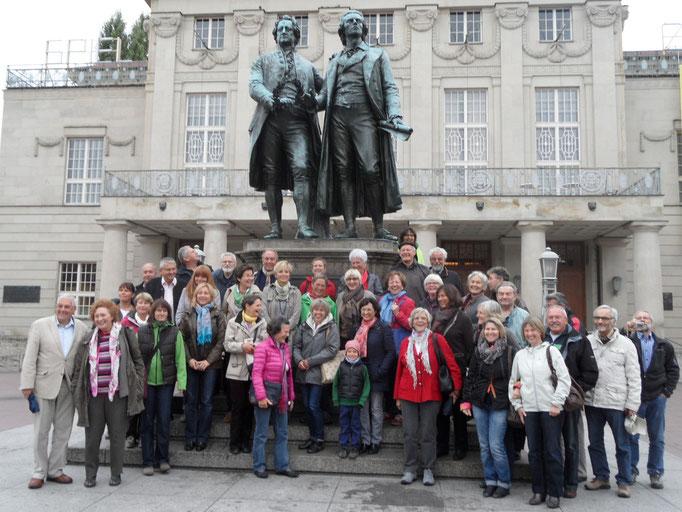 Der Chor zusammen mit Goethe und Schiller