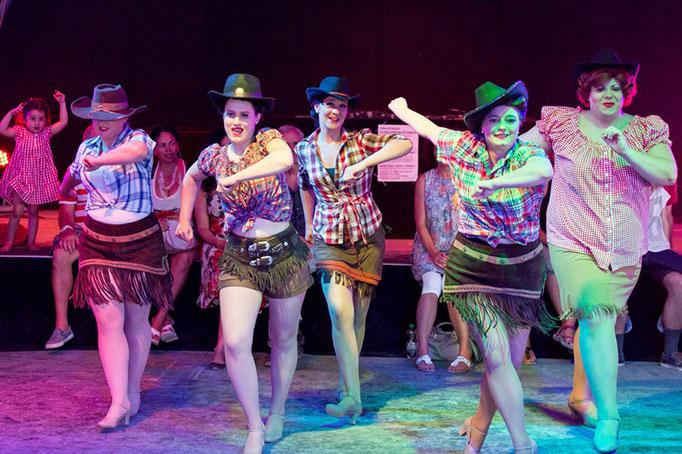 Burlesque Pinup Dancing: Schüler-Tanzshow vom Vintage Dance Studio auf dem Münchner Tollwood Festival. Foto: Michael Föhlinger