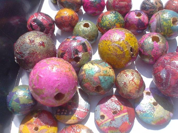 Perles  et boutons en bois recouvert de papier déco + vernis + paillettes. 0,80€ l'unité