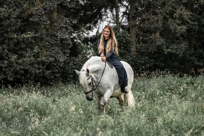 gerittenes weißes Pferd