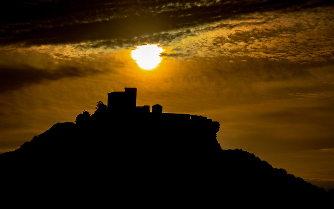Trifels_Sonnenaufgang_Silhouette_1