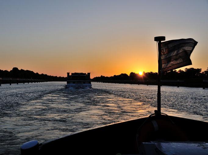 Sonnenaufgang im Unterwasser der Schleuse Gambsheim (Grand Canal d'Alsace) 15.06.2014 05:39 © EvO-X