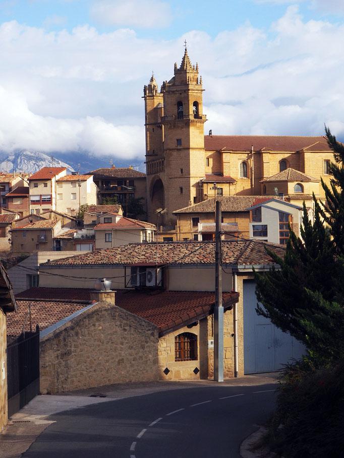 Kirche mit den unterschiedlichen Türmen