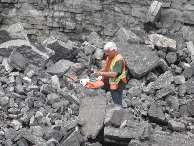 Bruno Carpentier protège ses échantillons de calcite