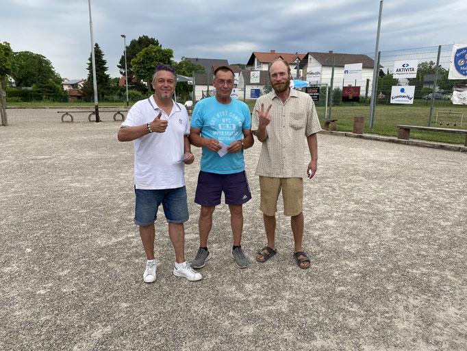 Siegerehrung Platz 3 v.l.n.r.: Michael, Ralf (Turnierleitug), Peter