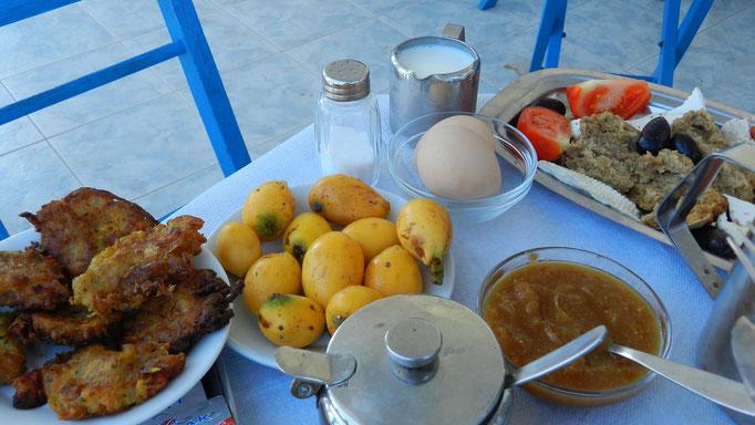 La colazione in terrazza in compagnia di Georgos che medita sempre....