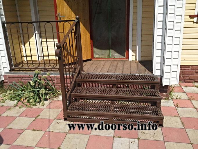 Металлическая лестница к крыльцу, ступени из вытяжного листа.