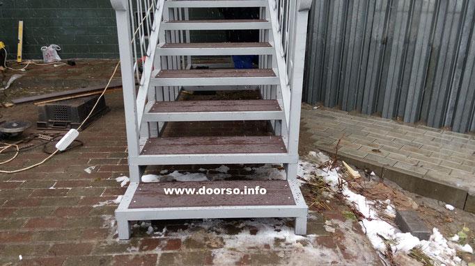 Лестница из металла к дому.