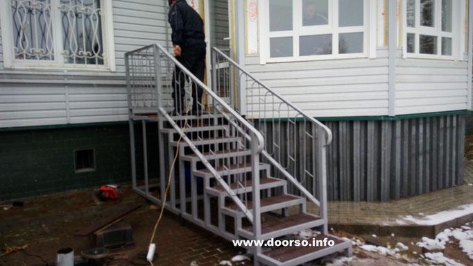 Уличная металлическая лестница к дому. Монтаж в городе Истра.