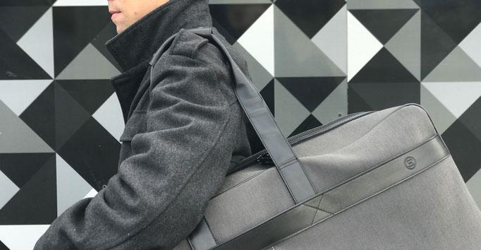 Design Weekender über die Schulter getragen