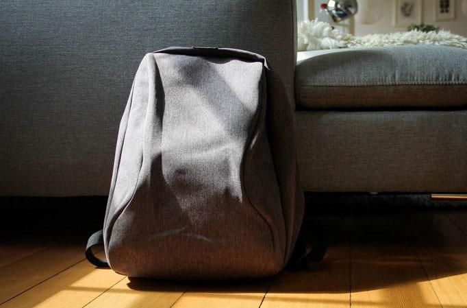Desginer antitheft Rucksack in der Sonne liegend