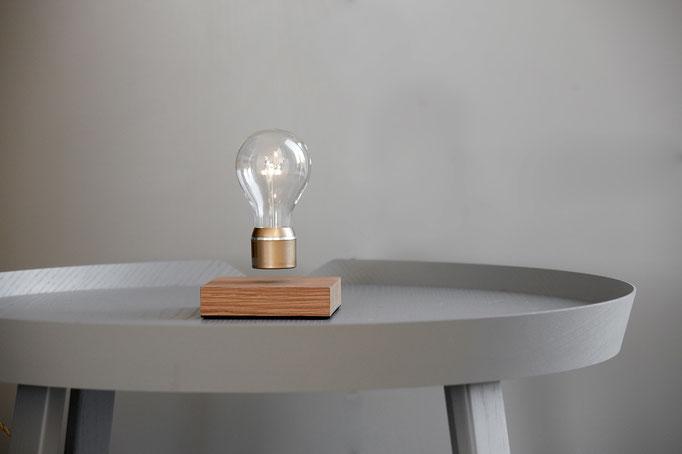 Ausgefallene Tischlampe mit magnetismus zum Schweben gebracht