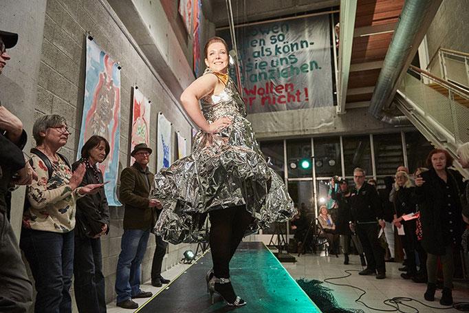 Lea in Rettungsfolie. Kleid: Hanni. Foto: Susanne Wegner